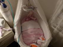 Slapen-met-zuurstoftank-wen-monitor-naast-haar-wieg